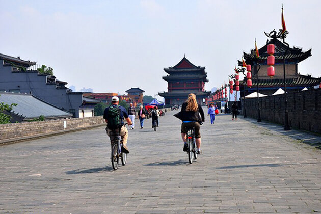 Cycle along Xi'an City Wall