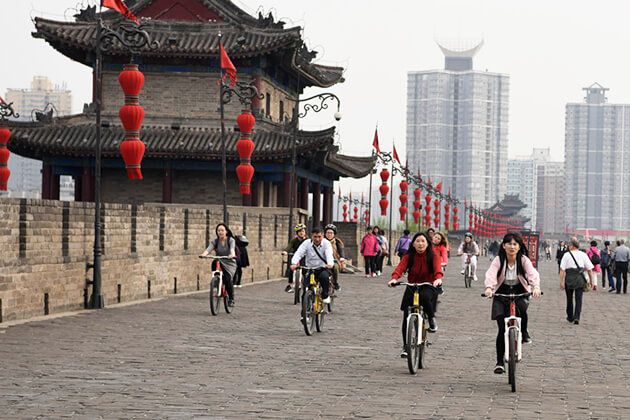 Cycling around Xi'an City Wall