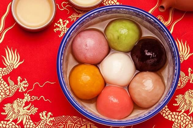 Eating Tangyuan (Yuanxiao) in lantern Festival