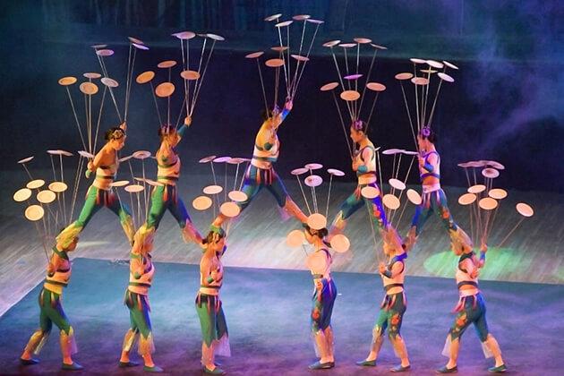 Enjoy night show of Acrobatics - best things to do in Beijing