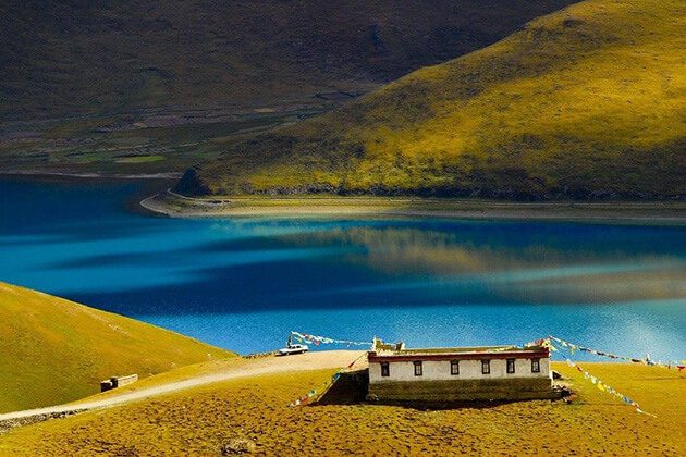 stunning view of Yamdrok Yumtso Lake in China