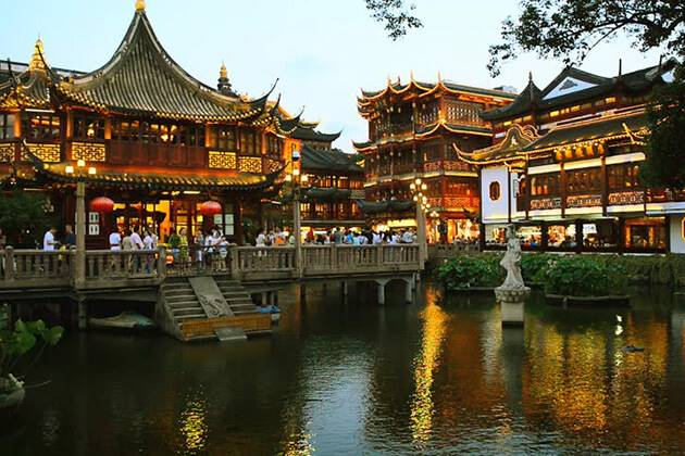 travelers of China Local Tour visit Yu Garden